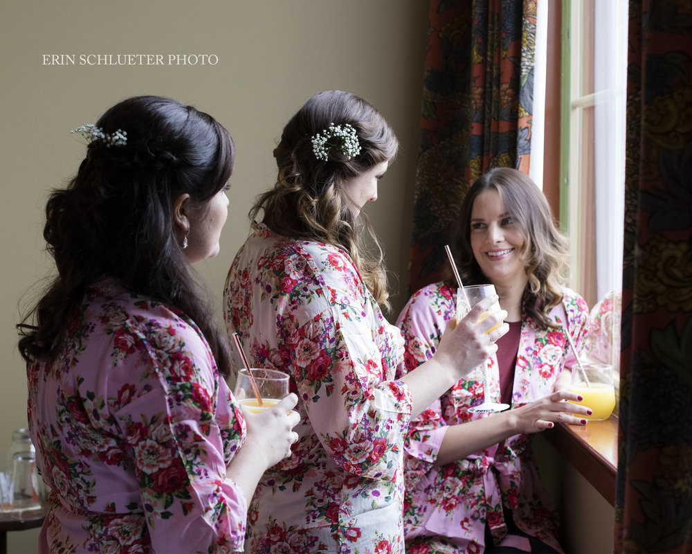 Getting_ready_bridesmaids_kimonos