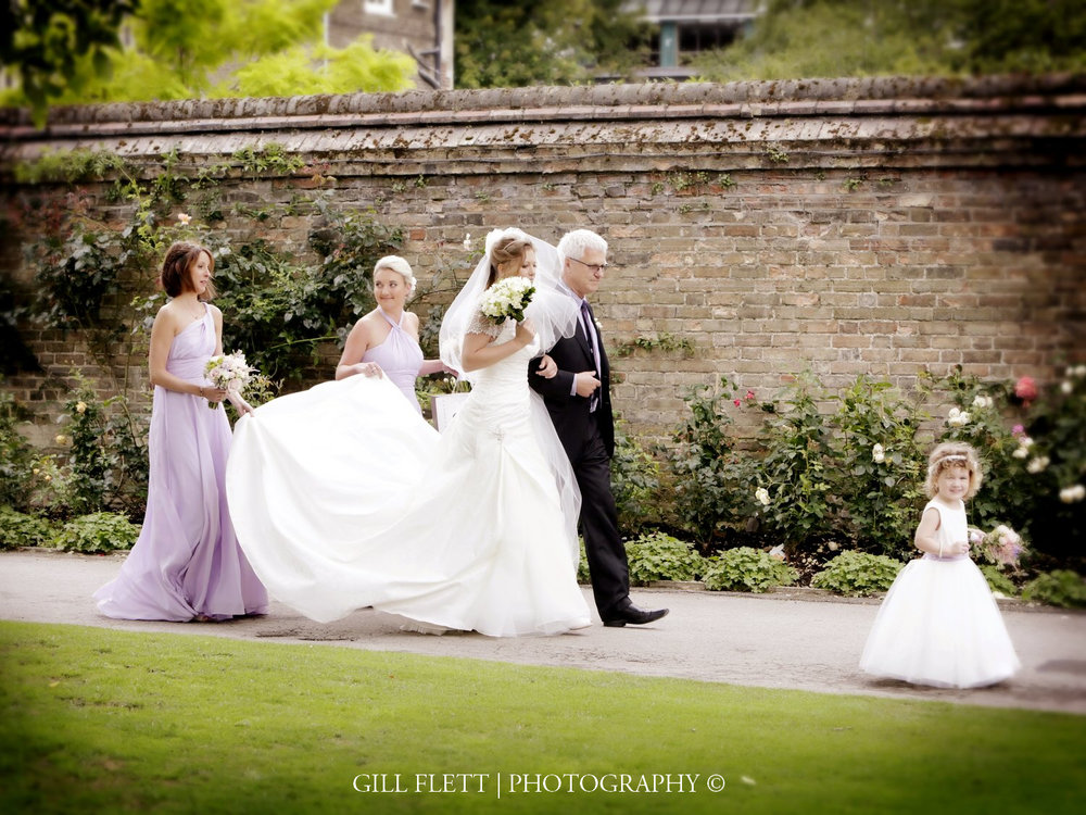 brides-arrivalmathamatical-bridge-cambridge-summer-wedding-gill-flett-photo.jpg