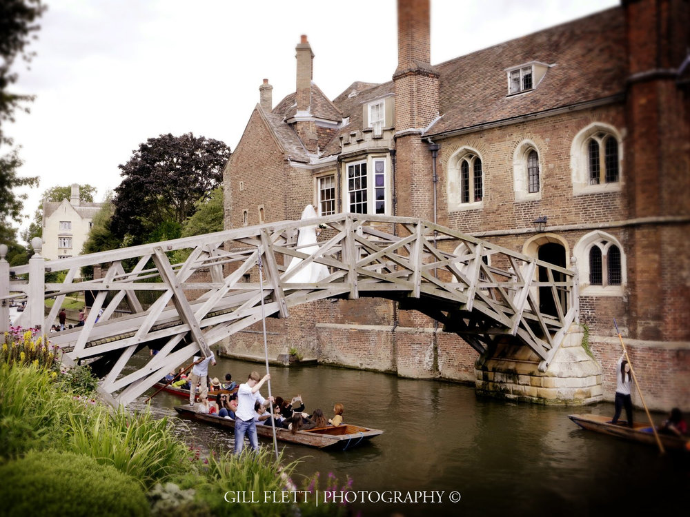 punting-mathamatical-bridge-cambridge-summer-wedding-gill-flett-photo.jpg
