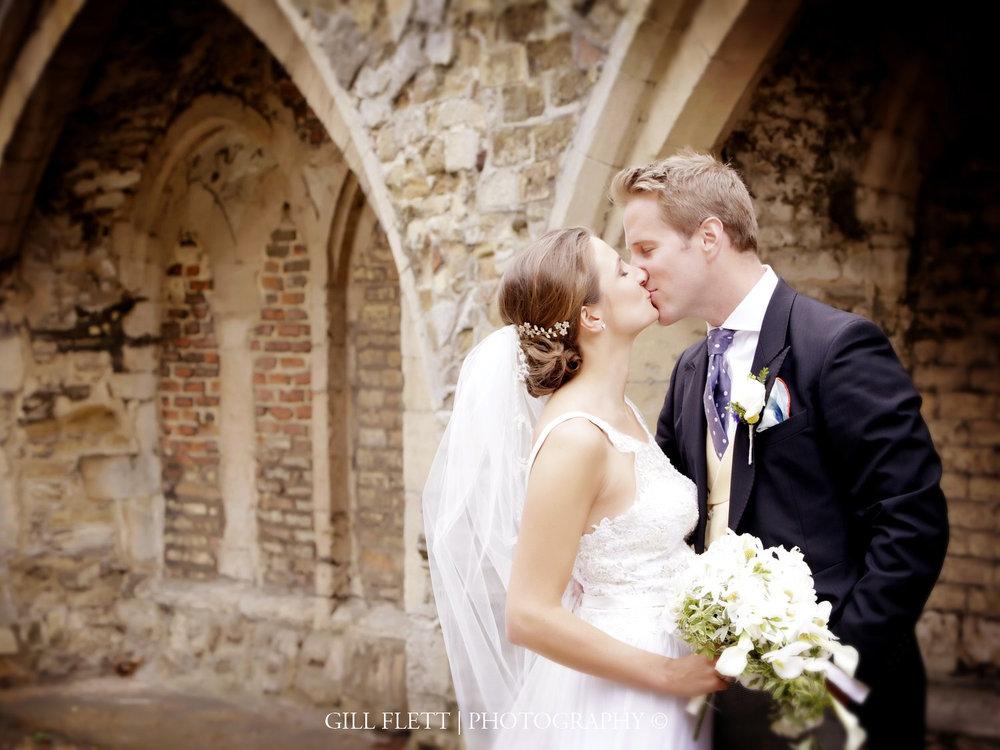 ely-cathedral-kissing-summer-wedding-gill-flett-photo.jpg