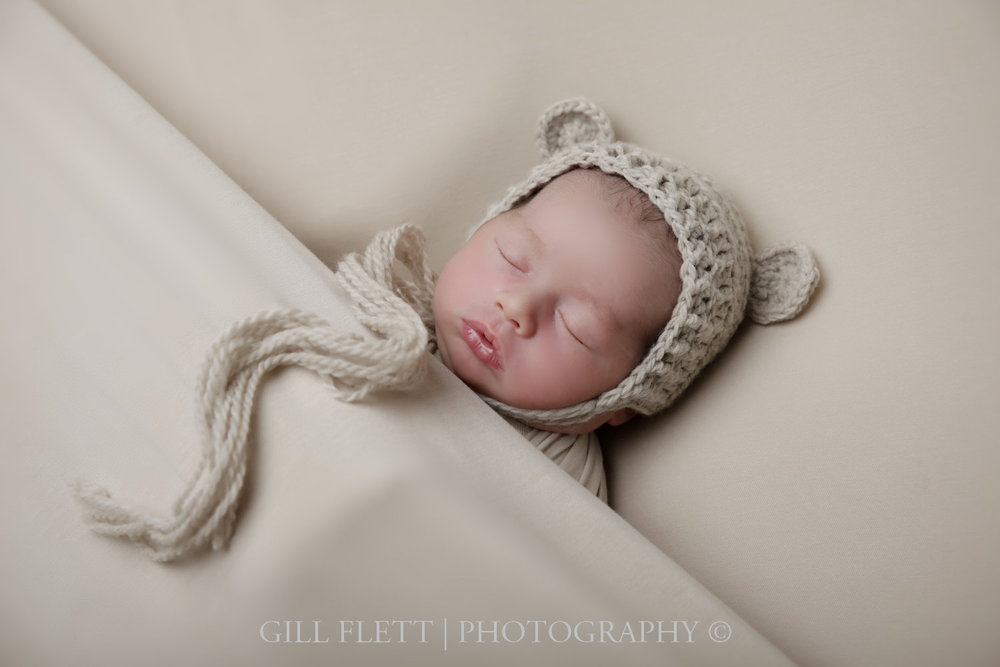 sleepy-pose-newborn-boy-hat-neutral-gillflett-photo-london_img_0004.jpg
