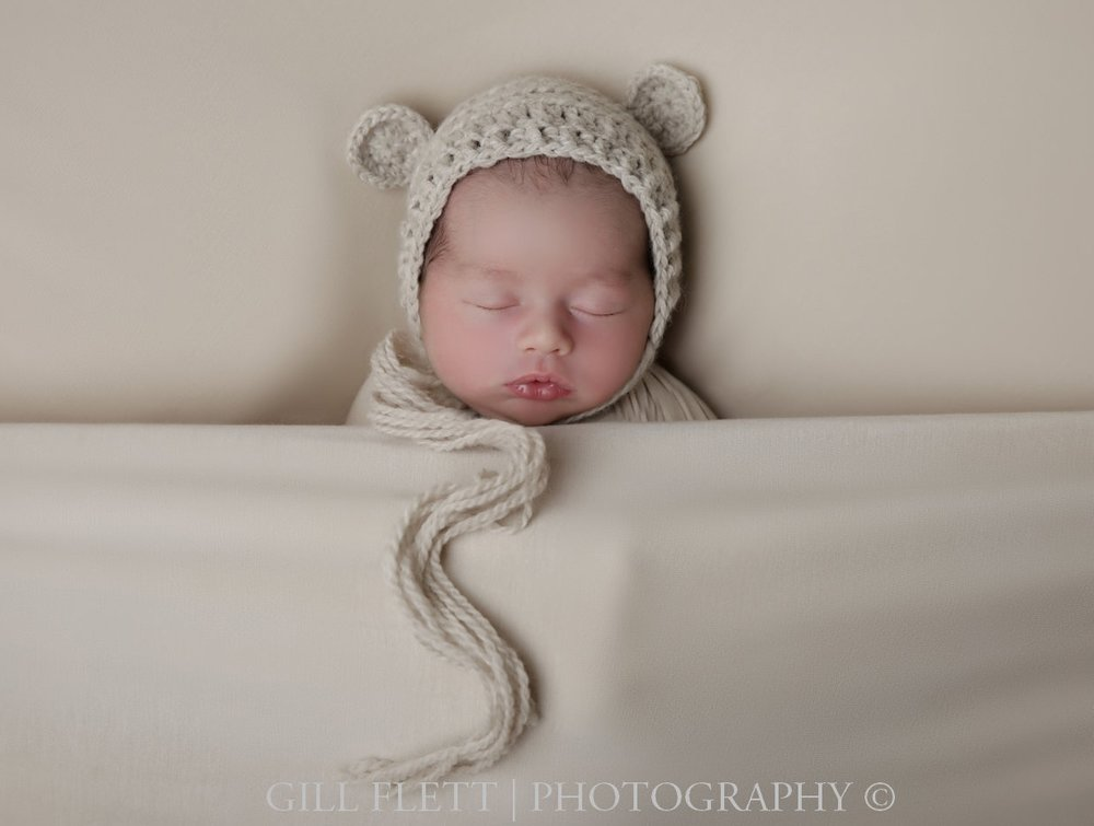 sleepy-pose-newborn-boy-neutral-hat-gillflett-photo-london_img_0005.jpg
