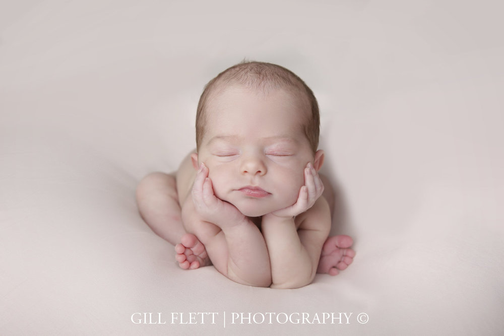froggy-pose-newborn-girl-photo-gillflett-london_img_0015.jpg
