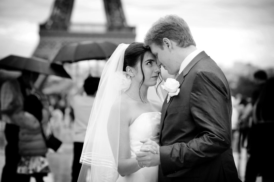 destination wedding photographer bride and groom eiffel tower raining black and white