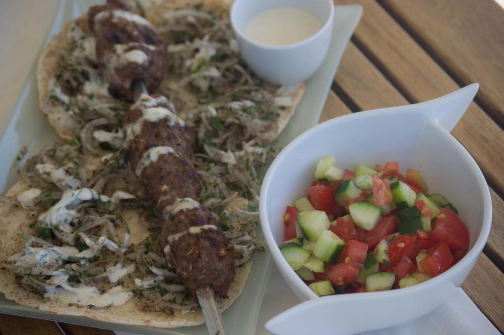 En Pan de Pita, con Thaine, cebolla, Perejil y sumak