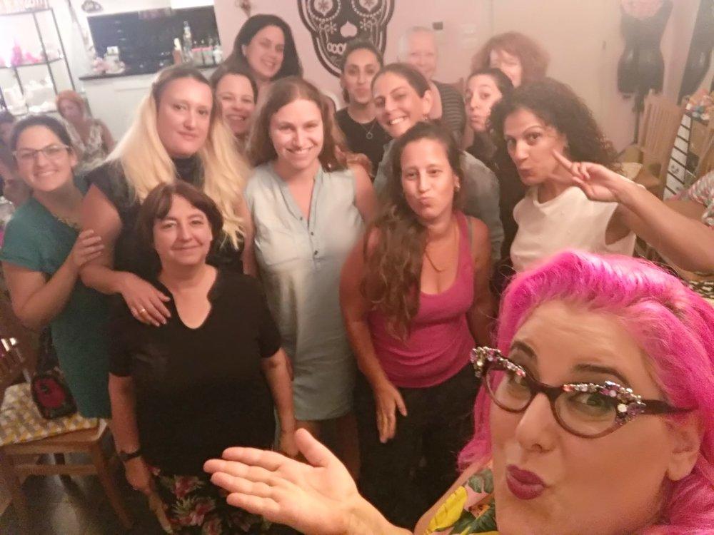 שיק בצ'יק סדנת סטיילינג - הסטייליסטית הבינלאומית גאלה רחמילביץ' מגיעה לחשוף בפנייך את כל הטריקים השווים, הסודות הכמוסים והדרכים להיראות ולהרגיש נהדר