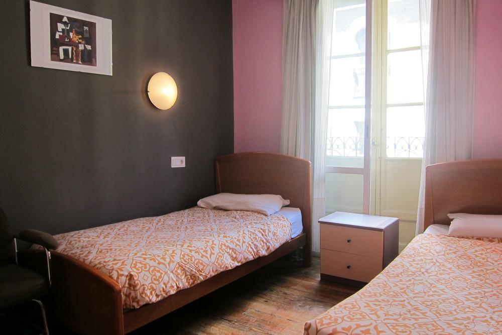 Habitación doble con camas individuales, TV, Wifi y luz exterior.