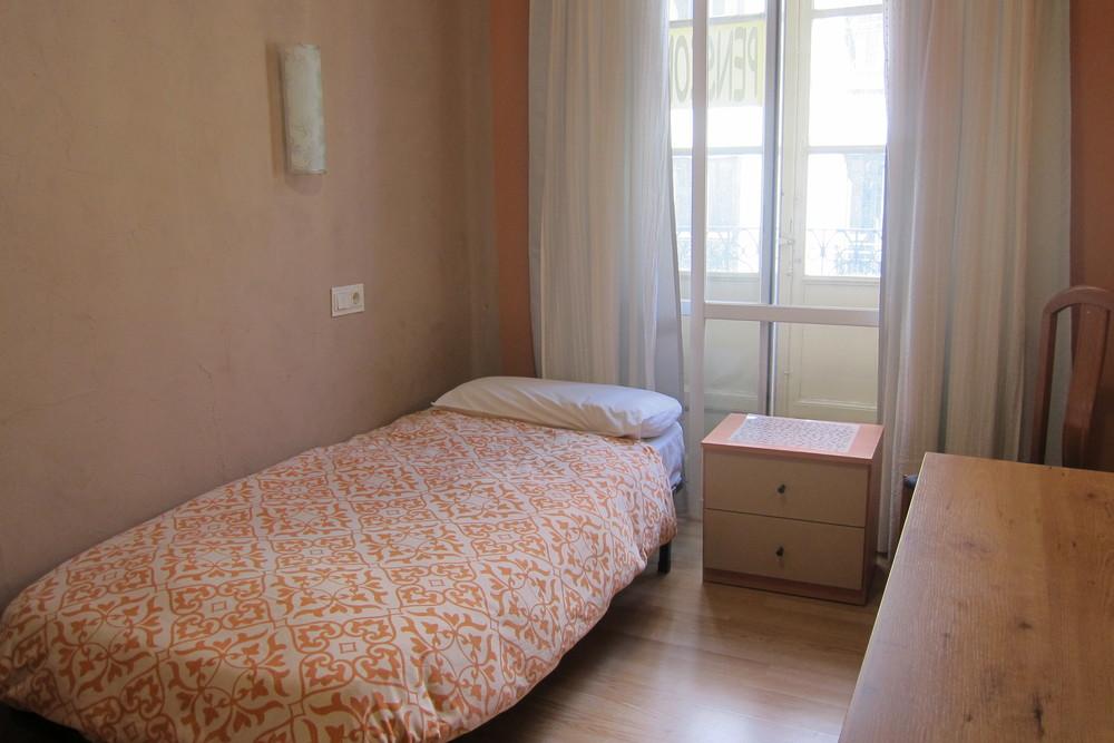 Habitación individual con TV y WIFI.