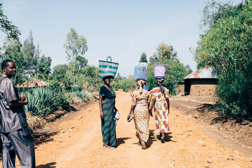 kenyan women carrying baskets
