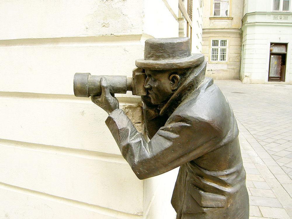 1024px-Bratislava_Bronze_Paparazzo