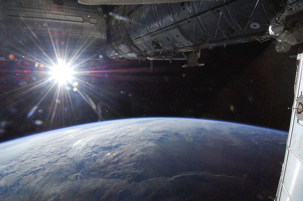 1024px-Sun_Over_Earth's_Horizon