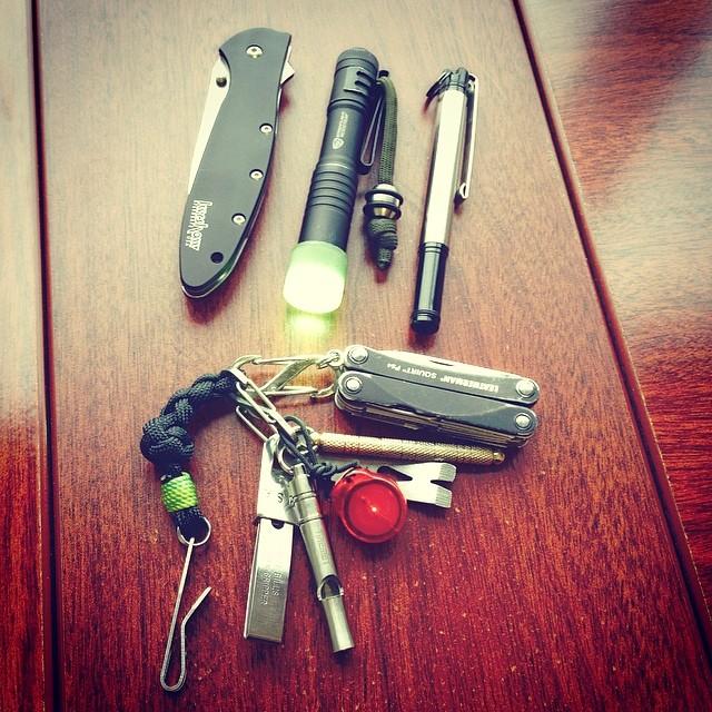 kershawoutdoor :      juan76 :     #pocketdump #everydaycarry #everyday_tactical     Very nice #EDC