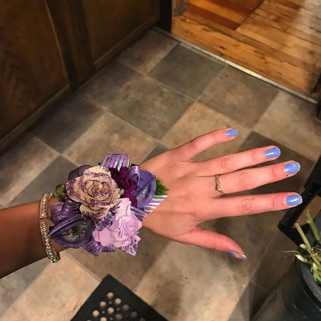 "EHS students : your homecoming boutonnieres and corsages are ready for pick up ! We will be at the shop from 9 am till 3pm, so stop by before closing!  You don't want to be ""that guy"" who forgets to pick theirs up, do you ? 😉 Please have your order number ready so our employees can better assist you ."