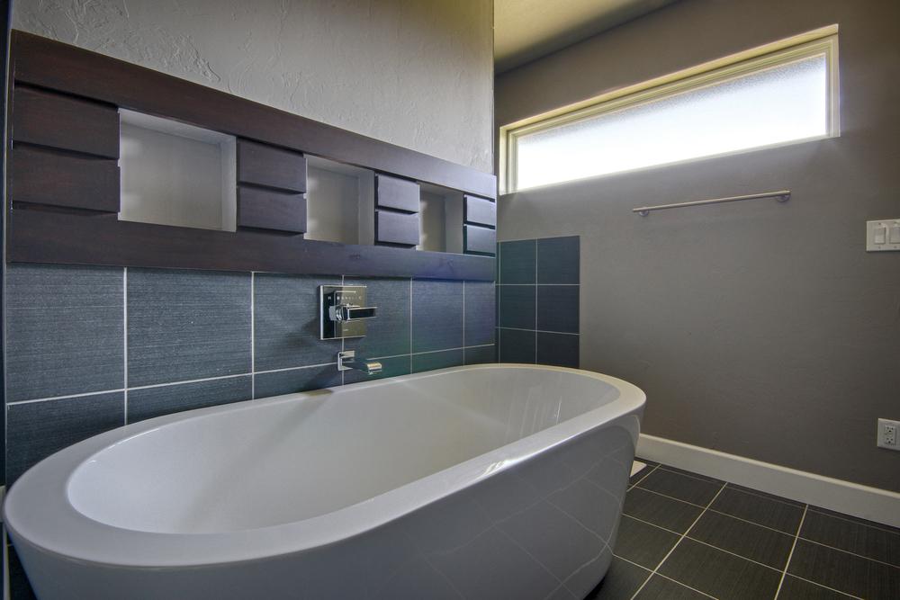 017_Master Bath (c).jpg