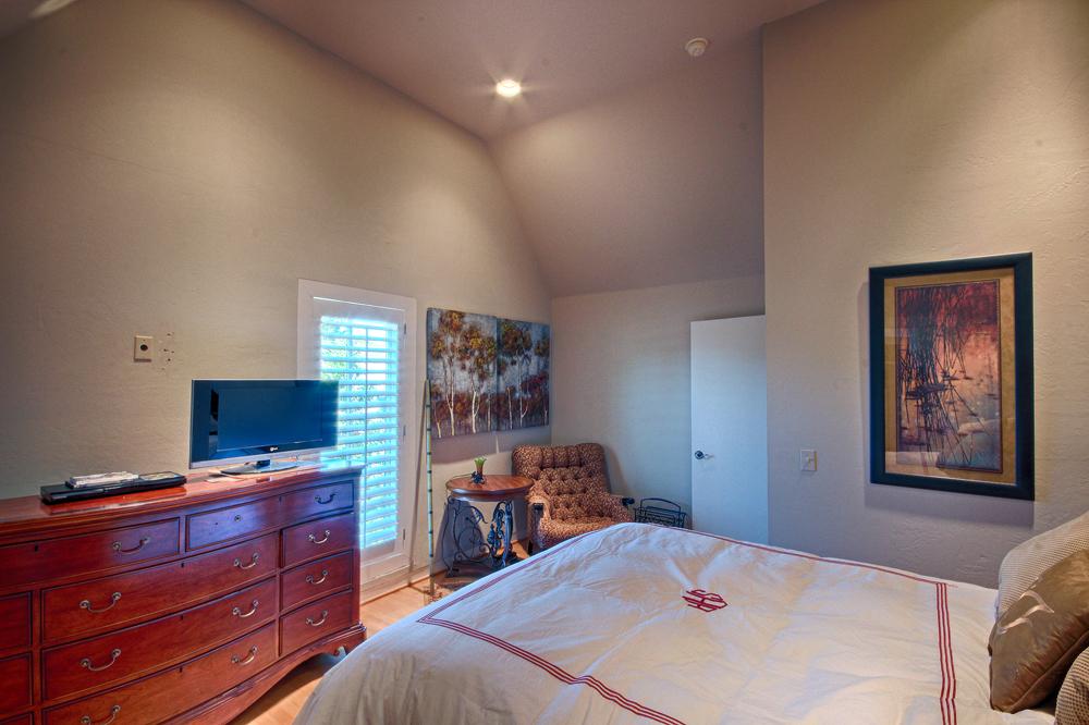 018Upstairs Bed (b).jpg