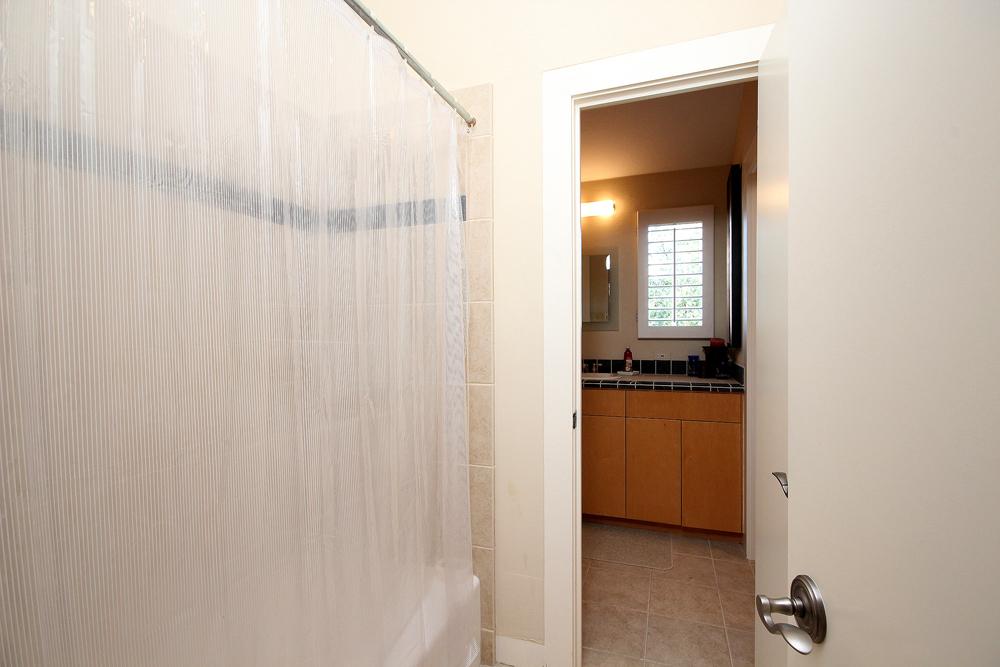 020Upstairs Bath (b).jpg