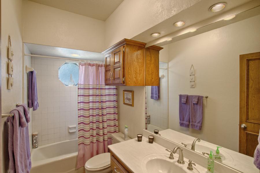 017_Hall Bath.jpg