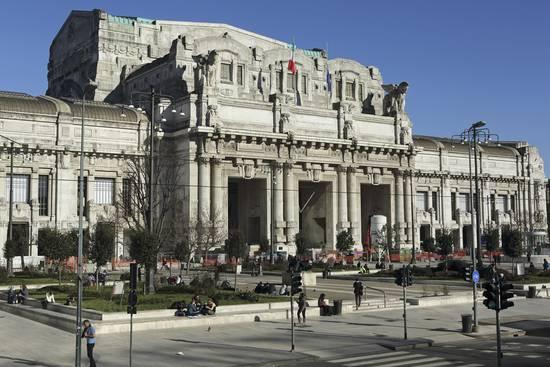 stuart-forster-the-facade-of-milan-central-railway-station-milano-centrale_a-l-13830339-4990827.jpg