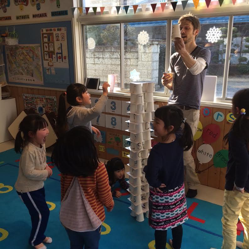 ☆幼稚園児対象/アドベンチャーコース「May I have a cup please! 」「slowly…slowly…」「Be careful!」「We made a tower!!! 」遊びを通して学ぶレッスン!