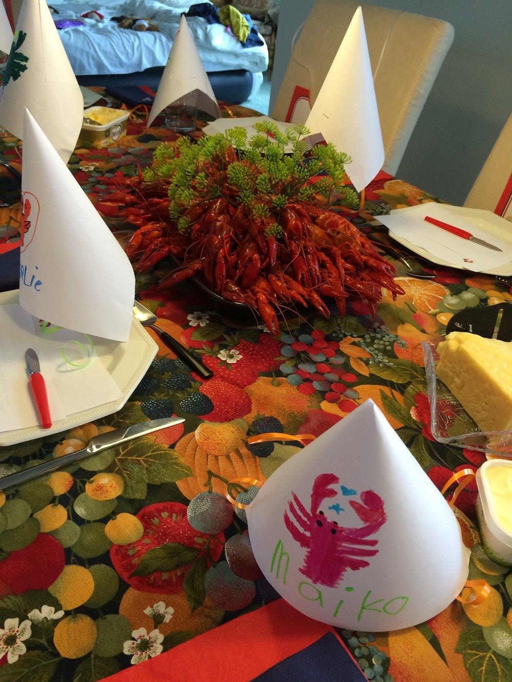 テーブルセッティングもばっちり! 手作りの帽子をかぶりエプロンをして食べます^^