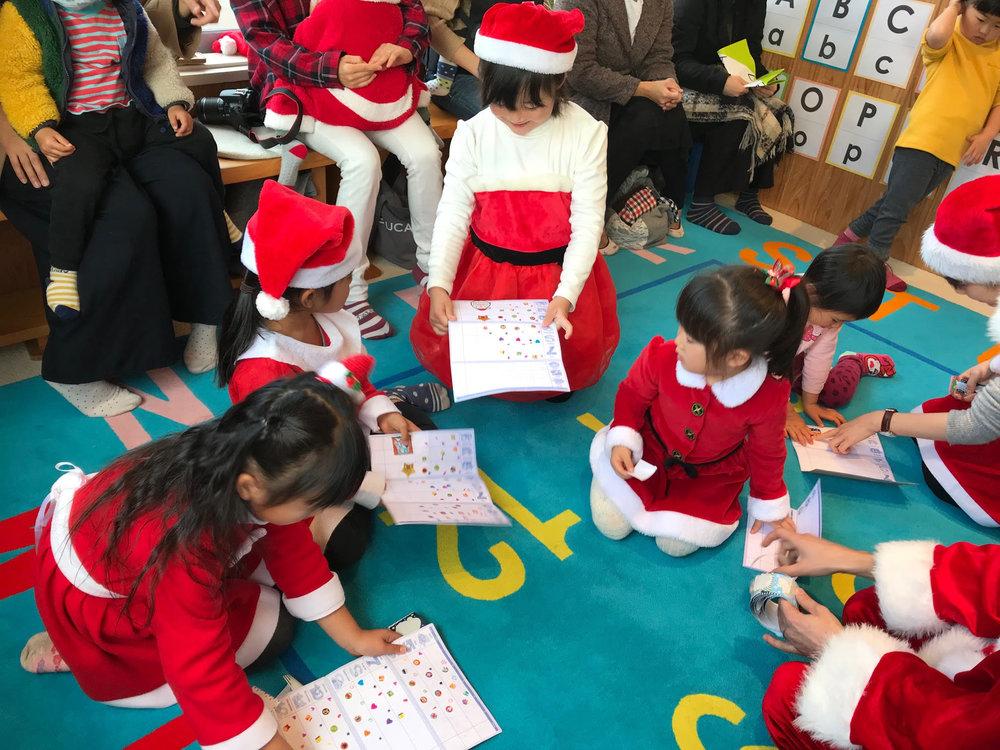 いつもとは違うスティッカー☆ 大きなクリスマスのスティッカーに大興奮の子供達!!