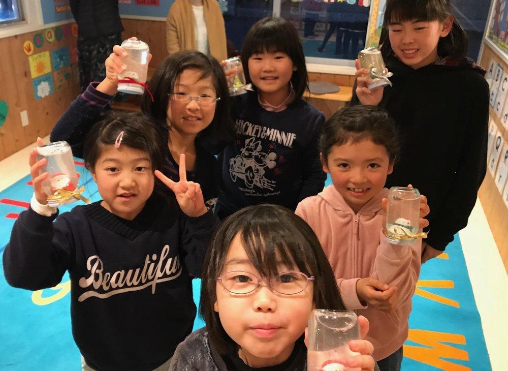 小学生コースではSnowglobe(スノードーム)作りに挑戦! とってもかわいいスノードームの完成です☆