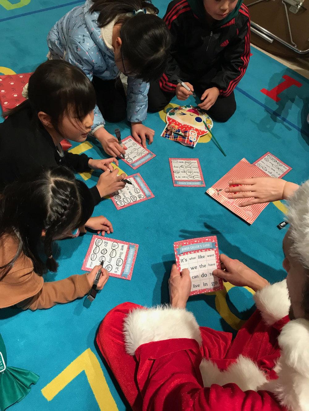 習った単語をサイトワード読みでビンゴゲーム! みんなビンゴを目指して必死に読んでいます!