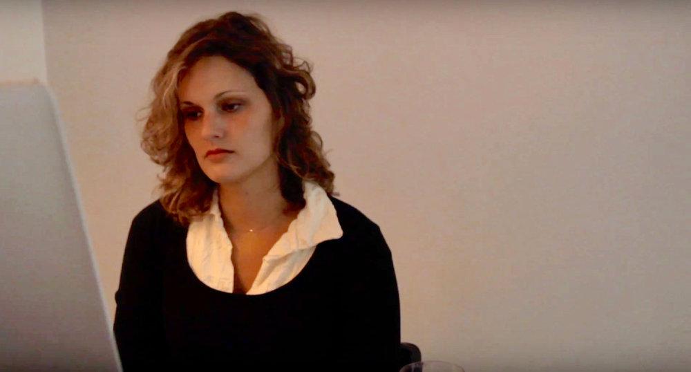 Scarlet weet zich geen raad, ze mist haar broer en baas