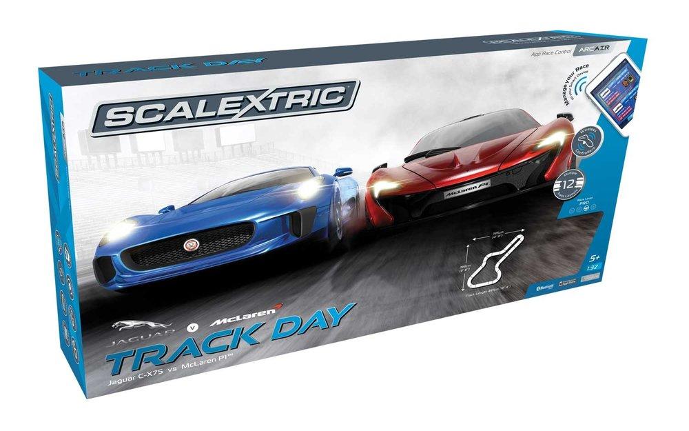 1358  Track Day: Jaguar C-X75 vs Mclaren P1, Scalextric  Na de sprong naar het sterrendom na het verschijnen op het grote scherm in 2015, waar hij in de James Bond film Spectre gebruikt werd als wagen voor het personage Hinx. De Jaguar CX75 heeft de snelheid, behendigheid en een indrukwekkende aerodynamica waarmee hij perfect afgestemd is met de McLaren P1, die in oktober 2013 voor het eerst te koop was voor particulieren in het Verenigd Koninkrijk. De McLaren wordt beschouwd als de langverwachte opvolger van de McLaren F1, gebruik makend van hybride vermogen en de Formule 1 technologie.