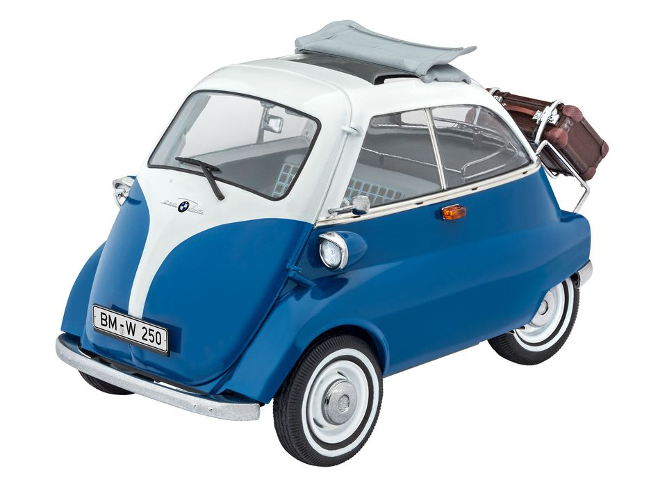 """De BMW isetta...  De echte Isetta:  De  Isetta werd bebouwd van 1955 tot en met 1962. Na de 2de Wereldoorlog was er behoefte aan vervoer waarin men zich """"overdekt"""" kon verplaatsen. Door materiaaltekorten bouwde men na de oorlog vooral auto's met drie wielen Wat de Isetta zo speciaal maakte was zijn cockpitachtige snuit en de deur die vooraan zat.  Het bouwpakket:   De bouwkit van de legendarische BMW Isetta laat toe om een mooie klassieker tot schaamodel te verwerken. In Duitsland noemde men in de volksmond dit model soms ook wel   de """"Knutschkugel""""."""