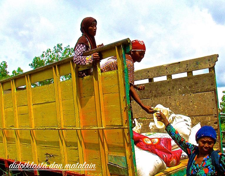 tiga perempuan tertangkap kering sedang melakukan transaksi penting