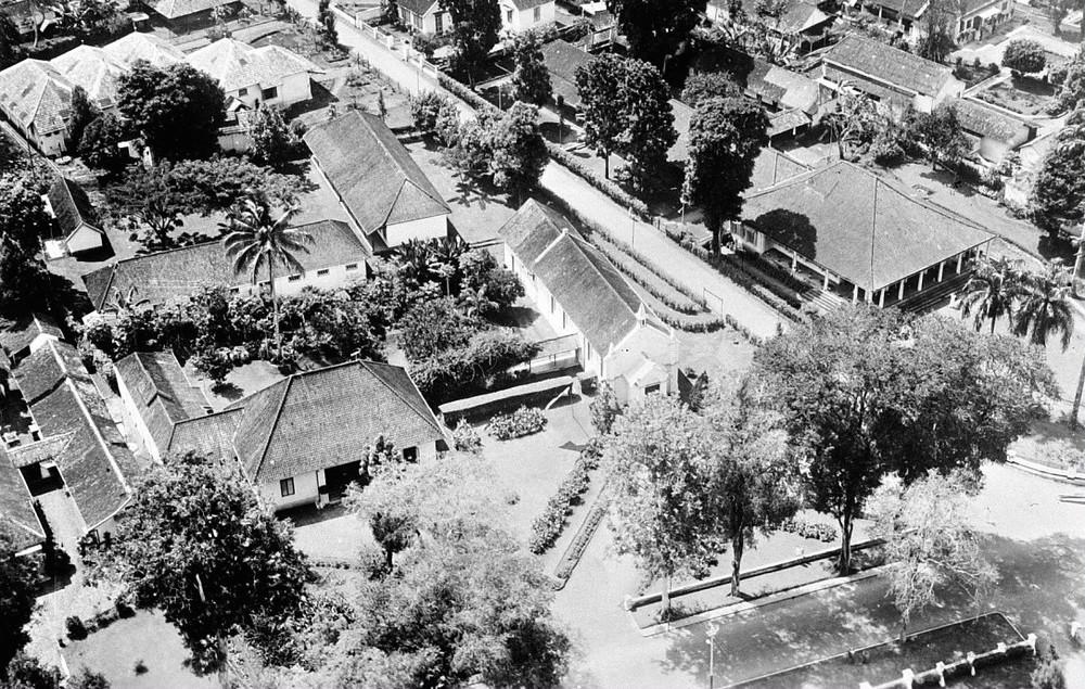 Poto udara daerah sekitar gereja Katolik Roma Salatiga, diambil dari pesawat Koninklijke Nederlandsch-Indische Luchtvaartmaatschappij (KNILM) / perusahaan penerbangan kerajaan Hindia Belanda. 1920 - 1940.