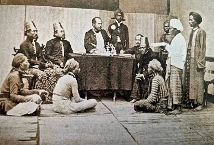 Suasana persidangan di Landraad (pengadilan negri kotapraja Hindia Belanda untuk kaum pribumi), Jawa. 1890.