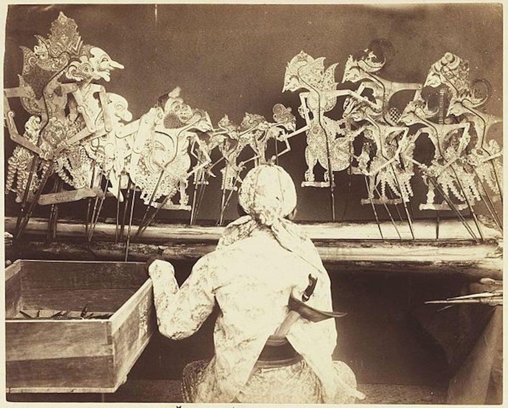 Dalam dan wayang kulitnya dalam sebuah pertunjukan. Jawa 1890.