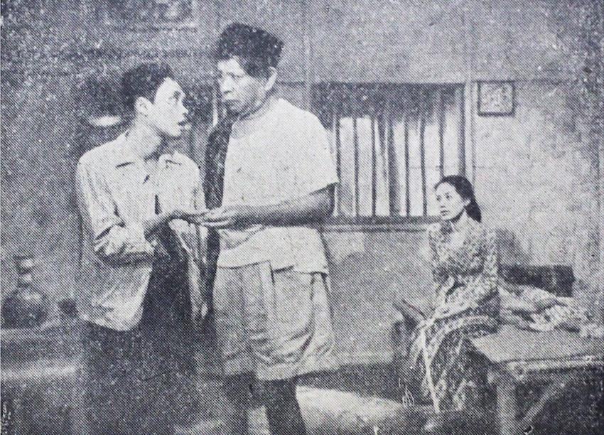 Aktor legendaris Indonesia era 40an sampai 70an Tan Tjeng Bok (tengah, terkenal dengan julukan Si Item / Pak Item, juga Douglas Fairbank van Java - superstar Holiwood waktu itu) bersama Tardjo Mulio dan Marlia Hardy dalam filem Melarat Tetapi Sehat. 1954.