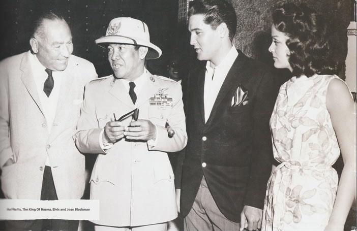 Dalam perjalanan ke Amerika Serikat untuk bertemu dengan presiden Kennedy, presiden Sukarno mampir ke Hawai dan bertemu presiden rock n roll Elvis Presley. Dalam buku 'Elvis The King Of Hawaii' yang menyertakan poto ini, Sukarno disebut sebagai'raja Burma'. 21 April 1961.