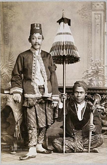 Kemungkinan besar bupati (regent) Salatiga ke 6 dimasa kolonial; Raden Adipati Surodiningrat II (1886 - 1891) sedang bergaya di kediaman regent Soerabaja dalam acara memperingati wafatnya raja Belanda Willem III. ca 1890. Baca tentang Bupati ke 4 yang berjuluk 'Seda Amuk' di  https://www.facebook.com/didotklasta.harimurti/posts/10212180457122494