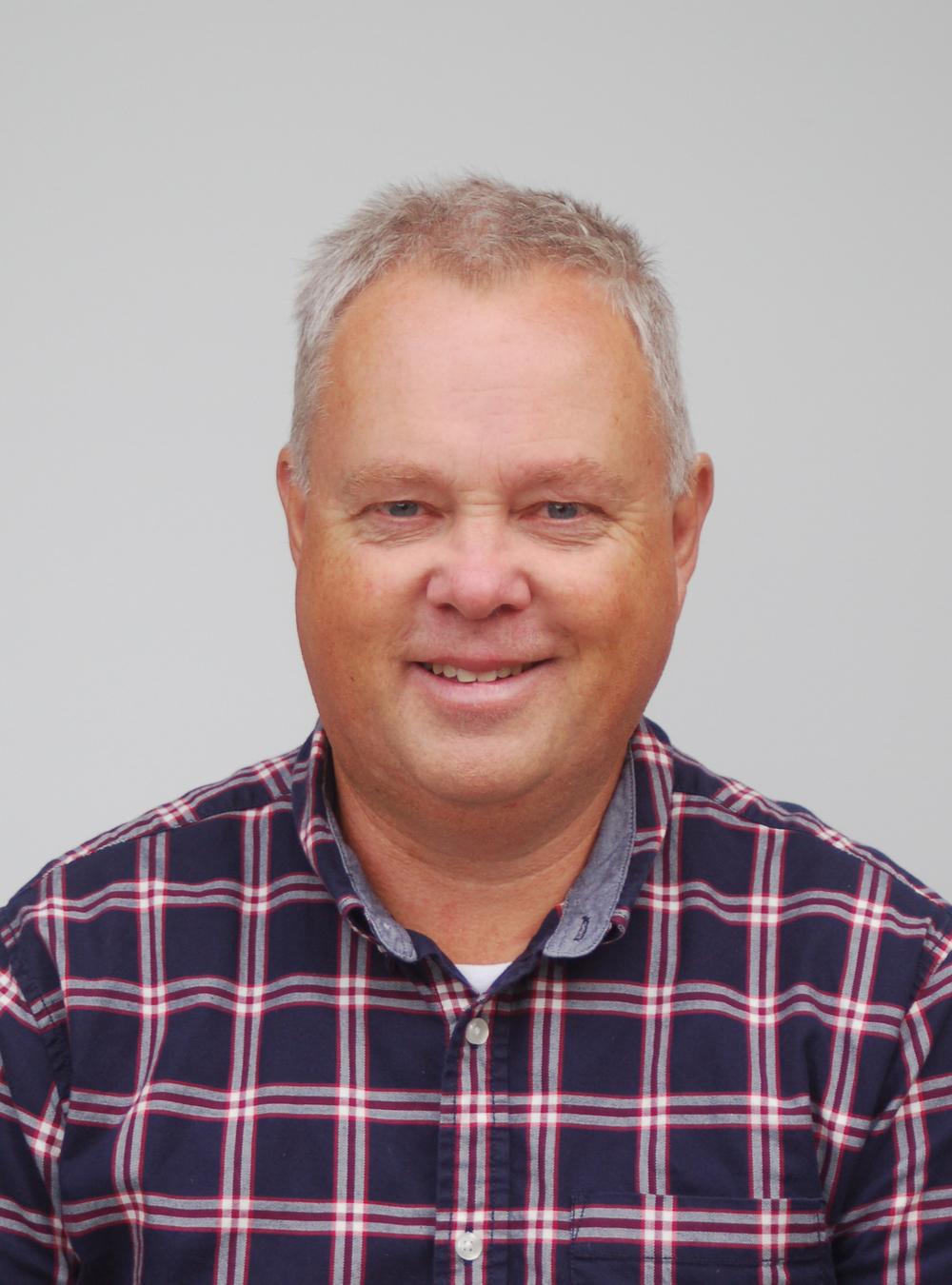 Bjørn Olav Nicolaisen Rektor. Underviser i musikk, sang, kor og filosofi/kritisk tenking. Spiller piano og gitar.