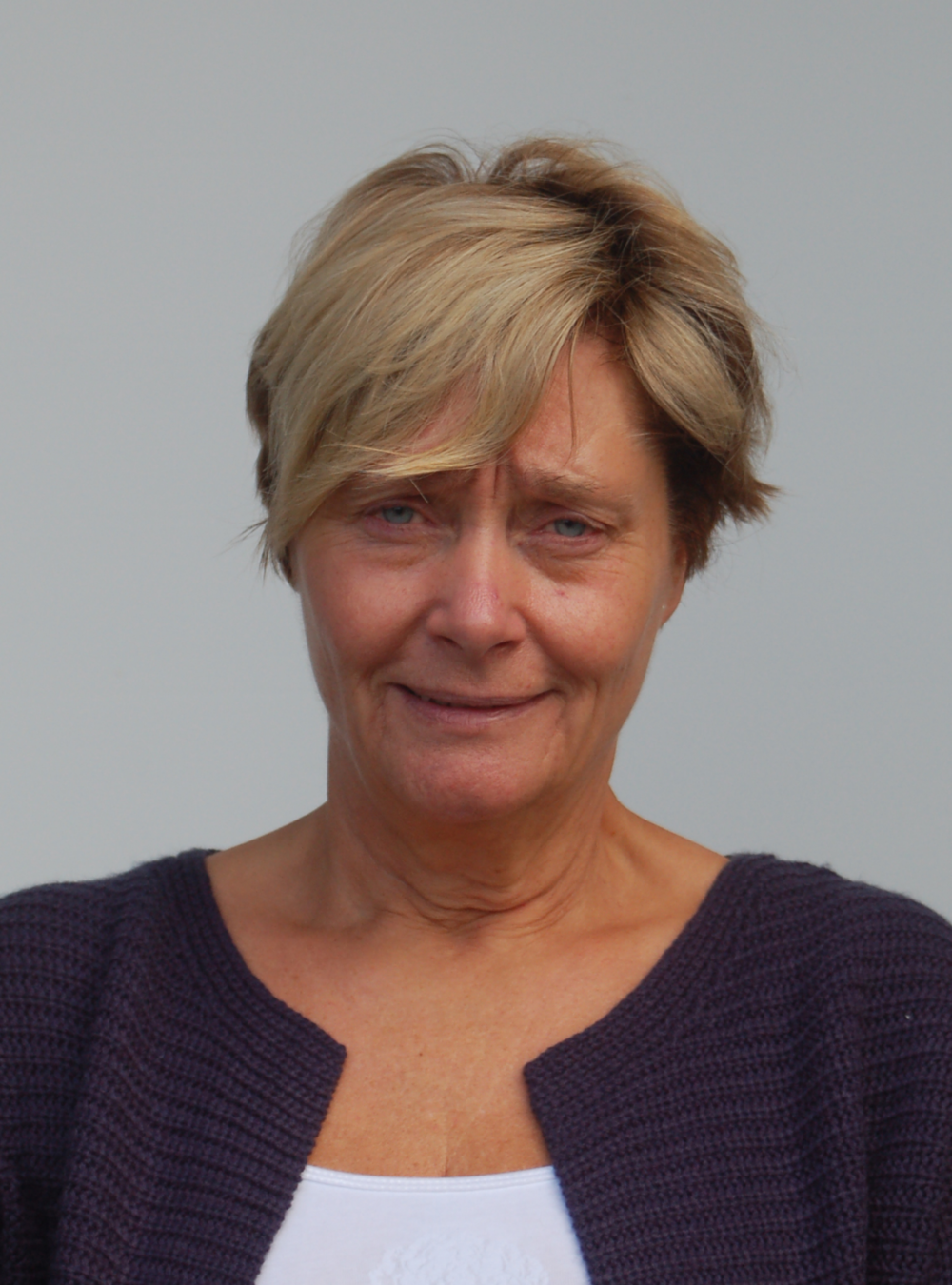 Britt Øverhus Linjelærer Cosplay.Britt kom til Grong i 1982 som kunst- og formingslærer. Hun har lang erfaring fra mange ulike linjer, bl.a. kunstlinje og klær/design-linje.