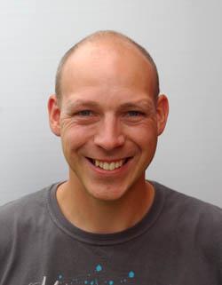 Eivind Leksås Eivind er vår nye vaktmester. Han har tidligere vært linjelærer, men med sine praktiske og mangfoldige ferdigheter har han nå ansvaret for å holde skoleanlegget i tipp topp stand.