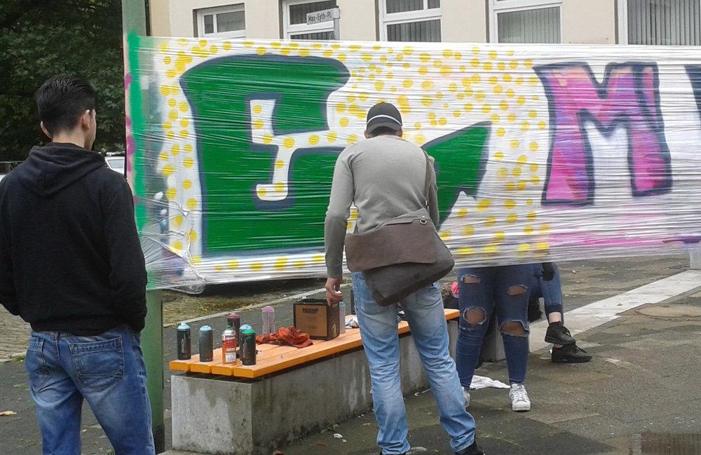 Ein Schüler der Kaufmännischen Lehranstalten Bremerhaven gestaltet ein Graffiti.