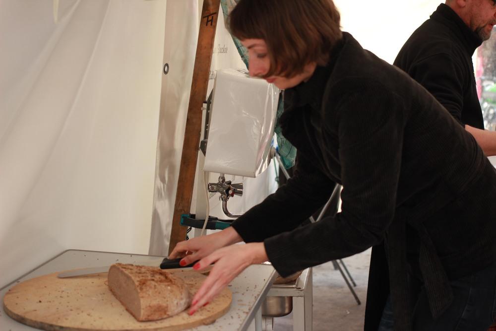 Wegen des fränkischen Holzofenbrots kommen Stammkunden sogar aus Westberlin an Sylvias Stand.