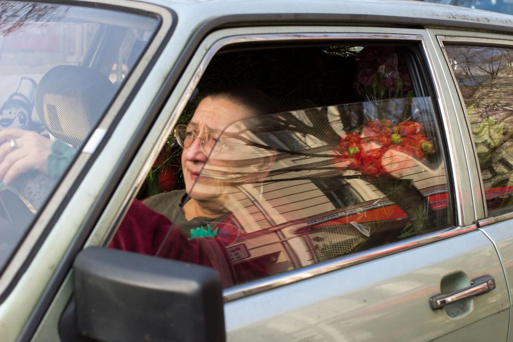 Irina steuert den Blumen-Audi