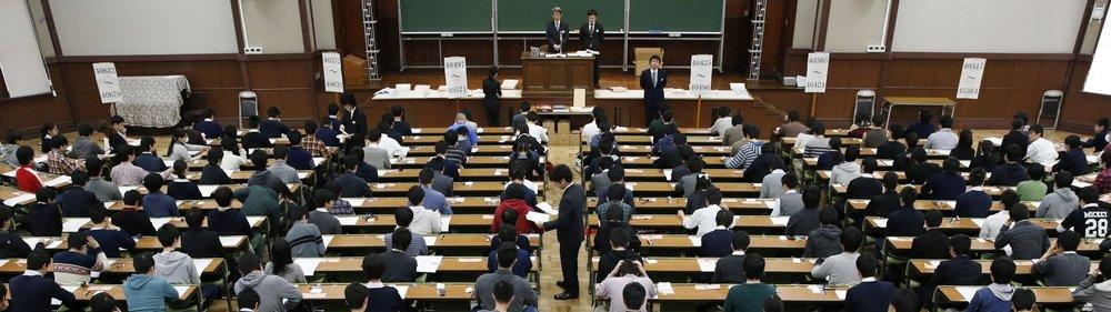 Estudiantes esperan iniciar su examen de admisión para ingresar a la Universidad de Tokyo Hongo campus / KYODO