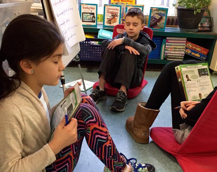Niños practican meditación en clase en una escuela del distrito West Bridgewater, en los Estados Unidos. /  District Administration