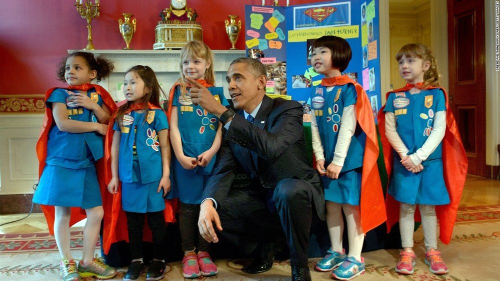 Barack Obama saluda a un grupo de  Girl Scouts  de seis años de edad al ver su presentación durante la Feria de Ciencias de la Casa Blanca del 2015 / Foto oficial de la Casa Blanca, 2015, por Pete Souza.