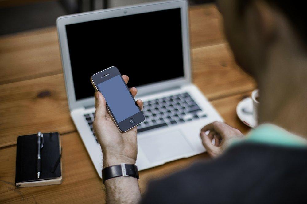 Las personas con alta dependencia de sus teléfonos inteligentes sufren más con su presencia, y se benefician más con su ausencia. - Foto: Pixabay