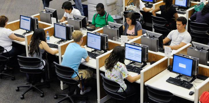 El informe señala que se debe poner énfasis en comprobar el valor añadido de los MOOCs en la educación y desarrollo profesional. -