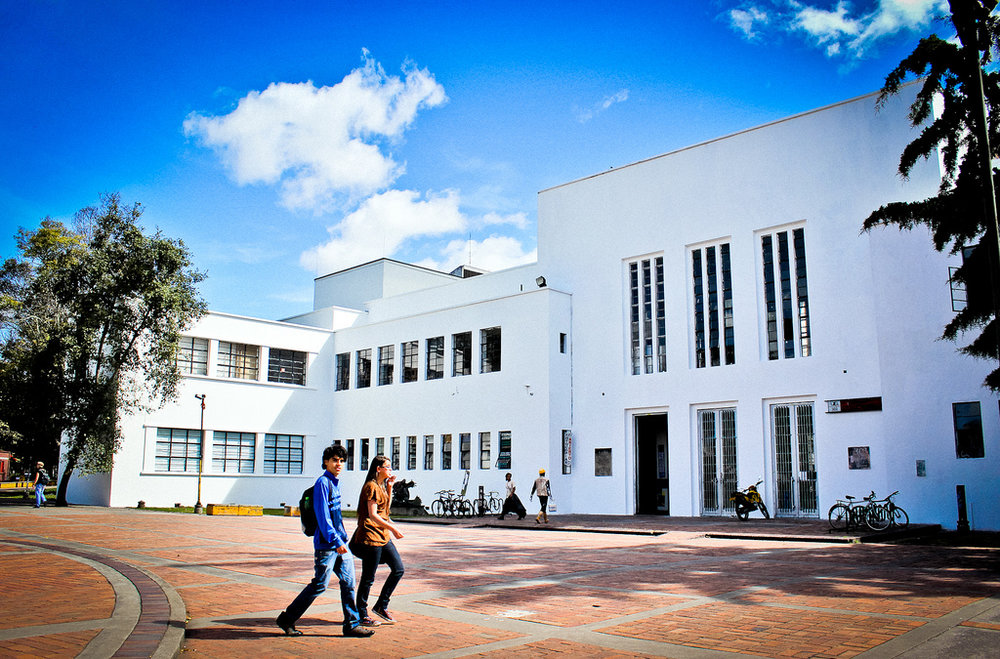 Las instituciones educativas en Bogotá reciben a todos los alumnos desplazados que llegan solicitando inscripción (sin exigir ningún documento de identidad) y los ubican en el nivel en el que el alumno menciona que cursaba. -