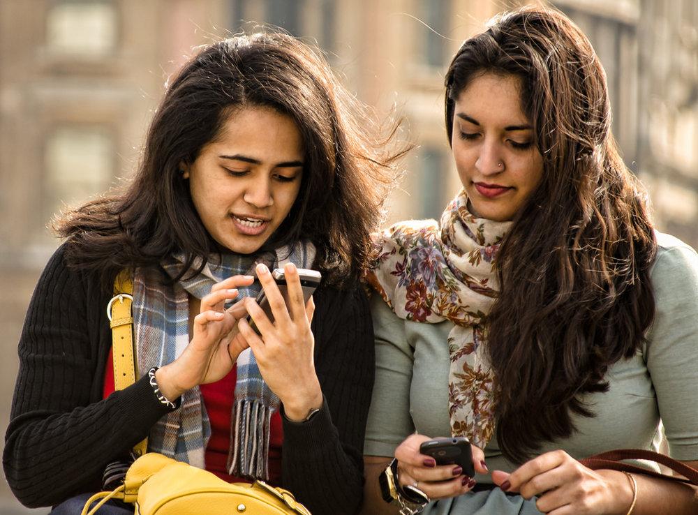 Estudiantes utilizando una app orientadora en la universidad.
